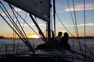 Experiência Sunset Sail. Casal apaixonado durante o por do sol