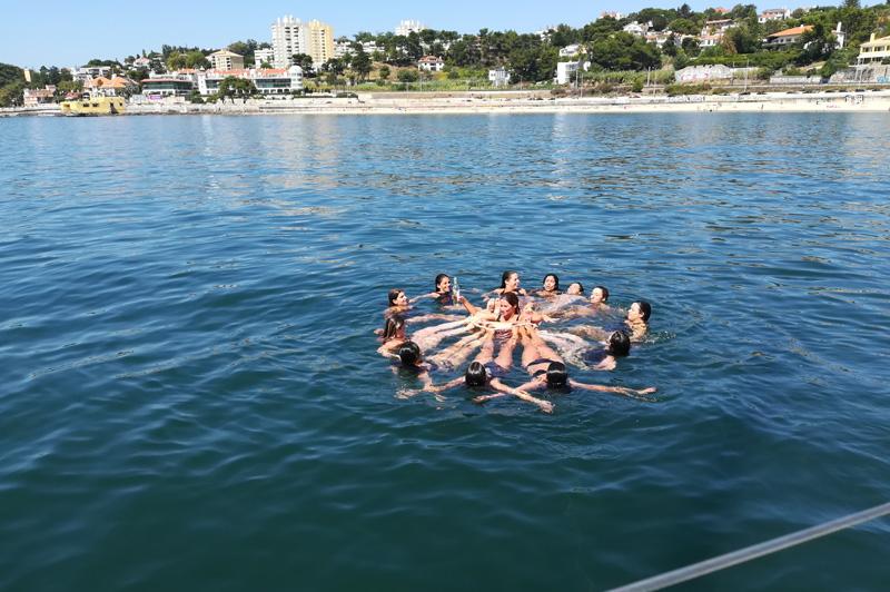 Festa privada em veleiro. Grupo a tomar banho nas aguas do atlântico