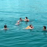 Um banho revigorante no mar