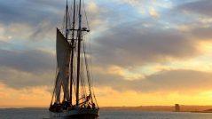 O veleiro clássico ao entardecer